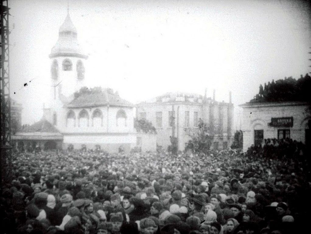 Базарная площадь перед казнью фашистов (1)