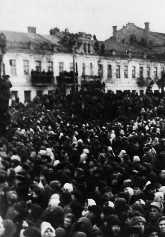 Базарная площадь перед казнью фашистов (2)