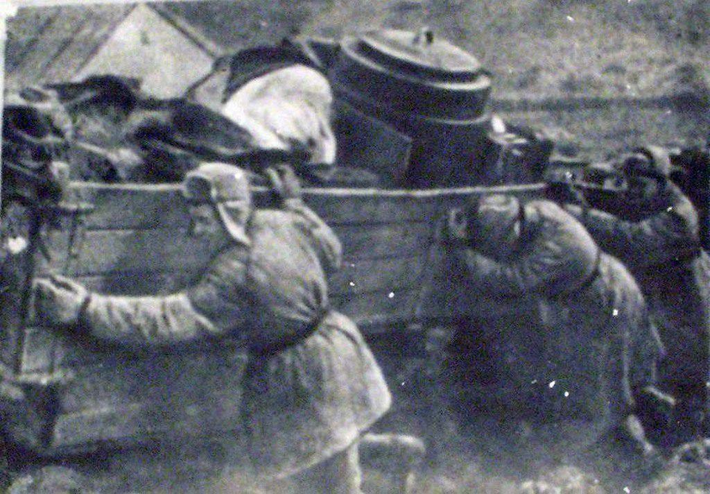 Бойцы выталкивают машину из ямы (1)