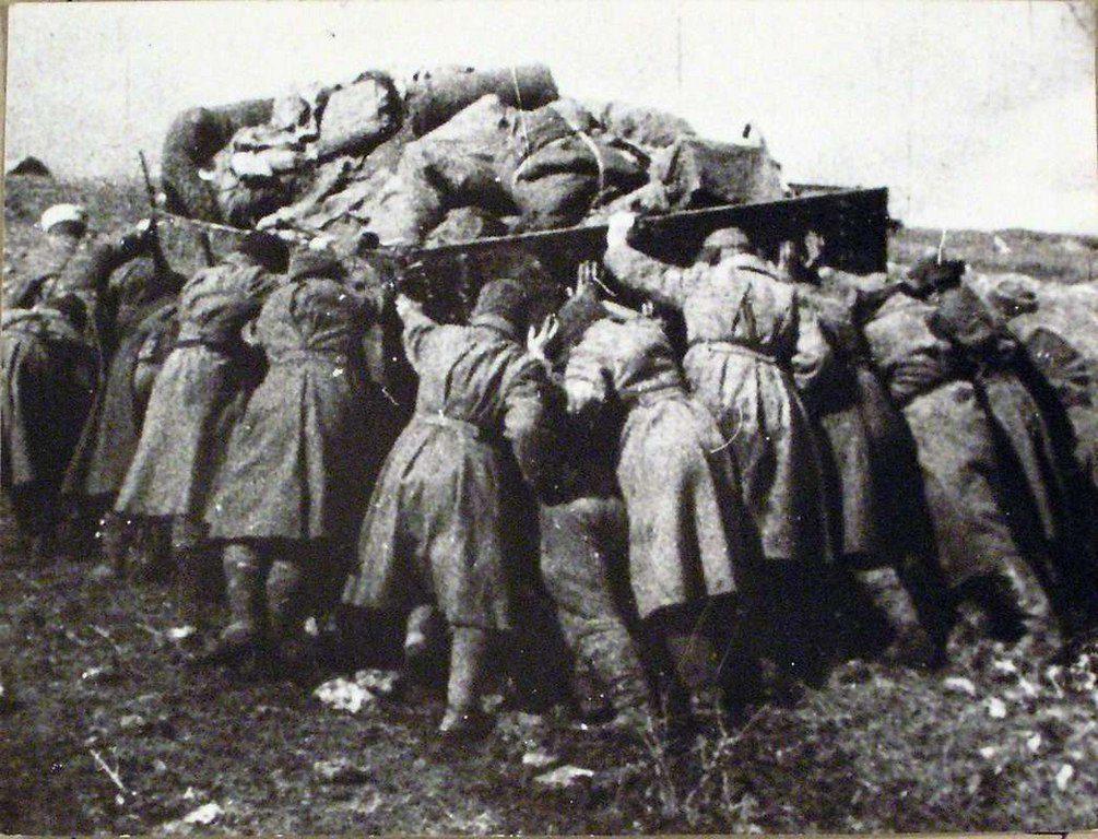Бойцы выталкивают машину из ямы (2)