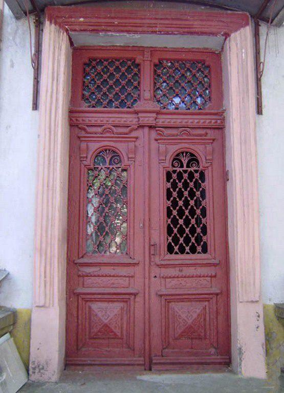Двери особняка на Адмиральской