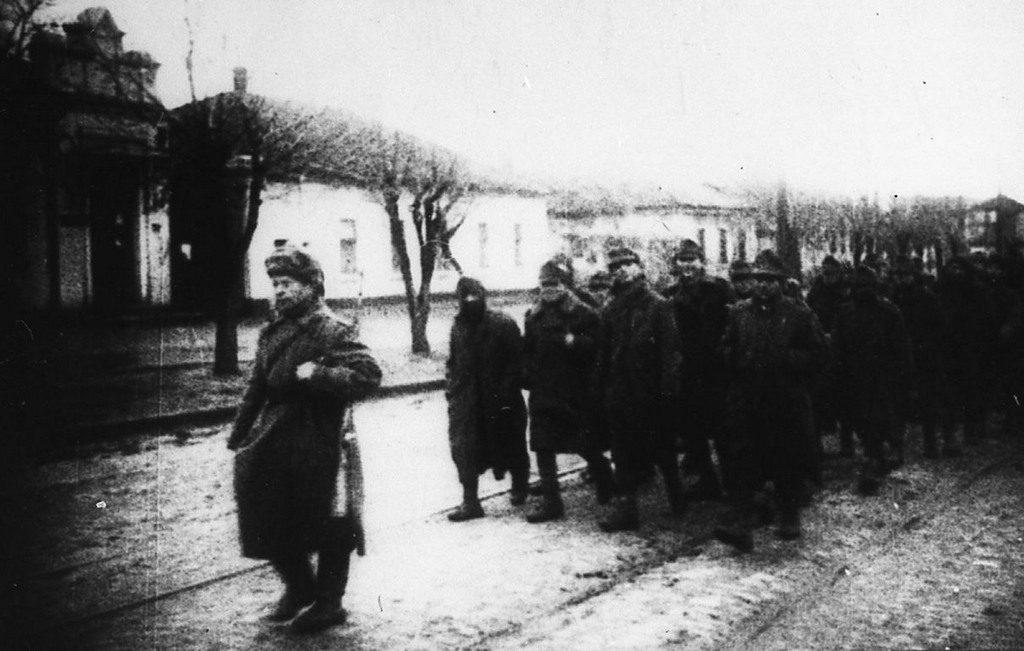 Колонна пленных фашистов на улицах города