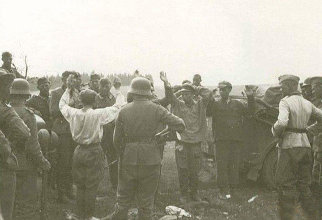 Немцы берут в плен николаевцев