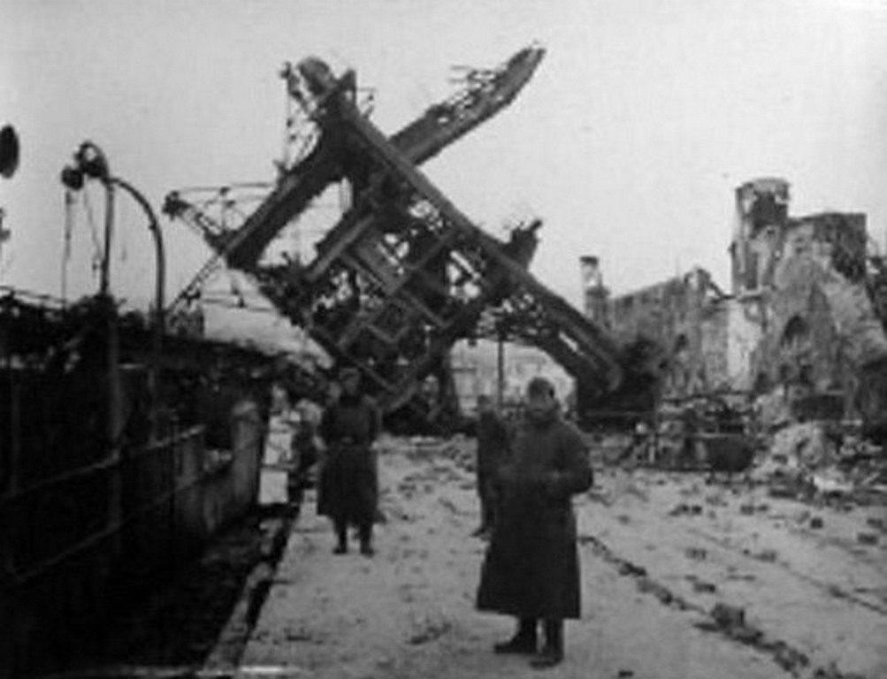 Немцы на фоне взорванных домов