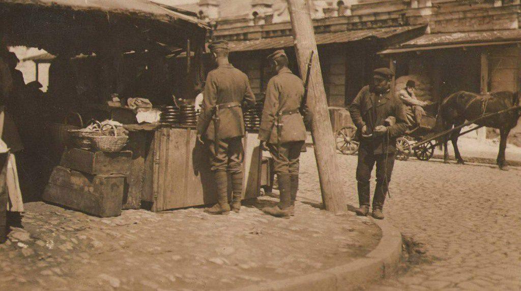 Немцы осматривают торговые ряды