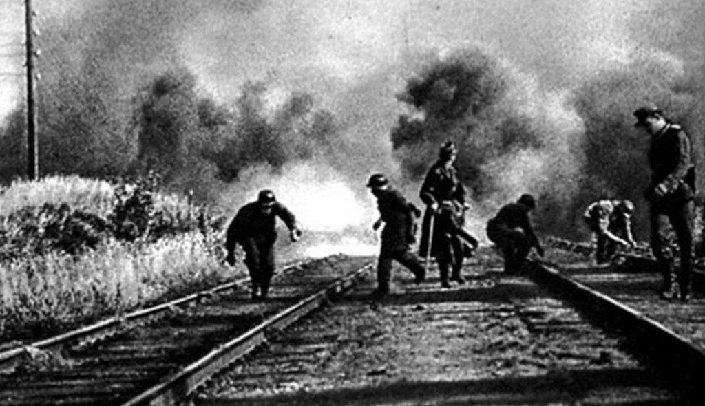 Немцы взрывают железную дорогу при отступлении (1944)
