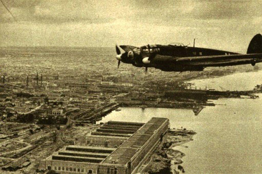 Немецкий самолёт Heinkel He 111 над городом