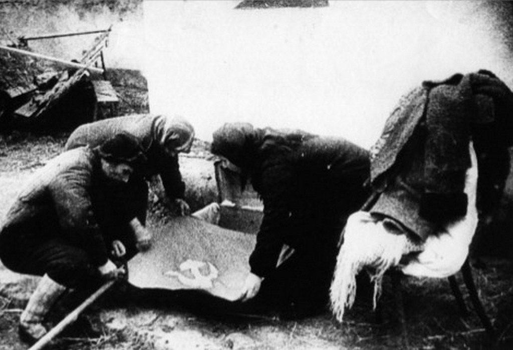 Николаевцы достают спрятанные знамёна (1944)