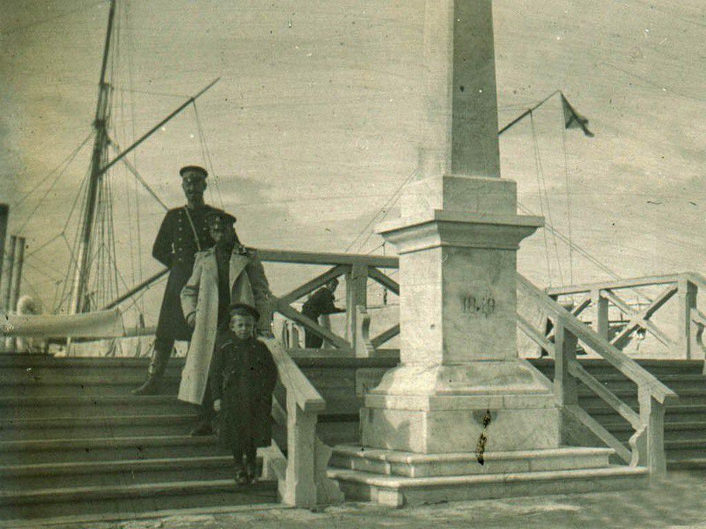 Обелиск в честь окончания работ по реконструкции дворца Потёмкина