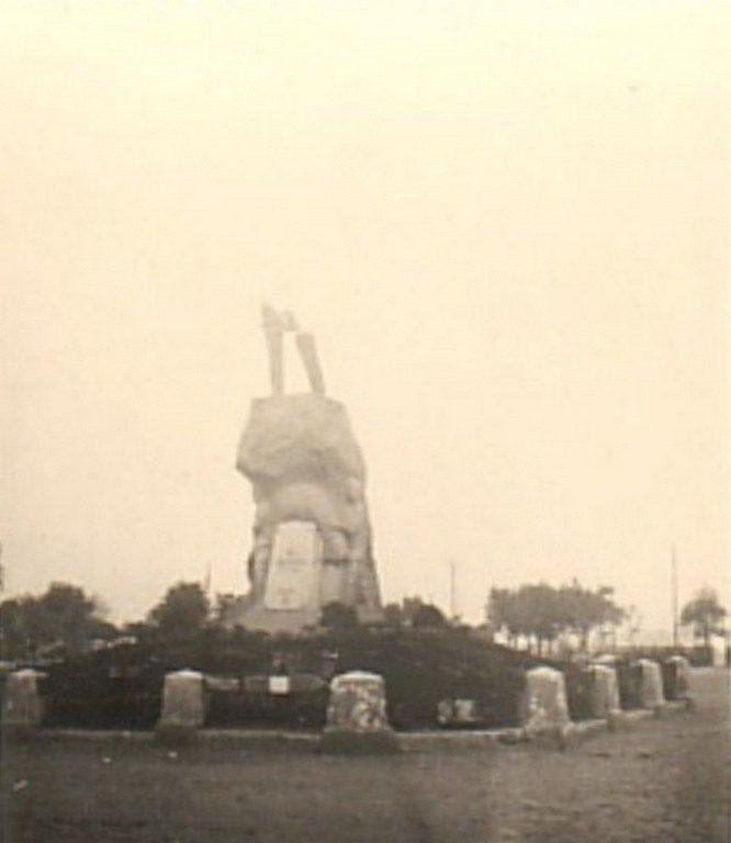 Памятник Ленину после взрыва