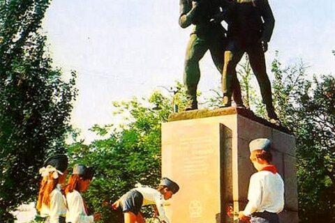 Пионеры возлагают цветы к памятнику Коберу и Хоменко