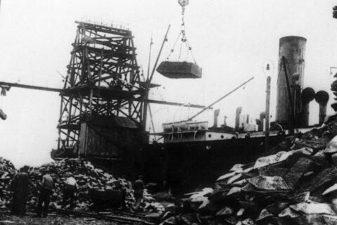 Погрузка чугуна на иностранное судно в порту (1936)