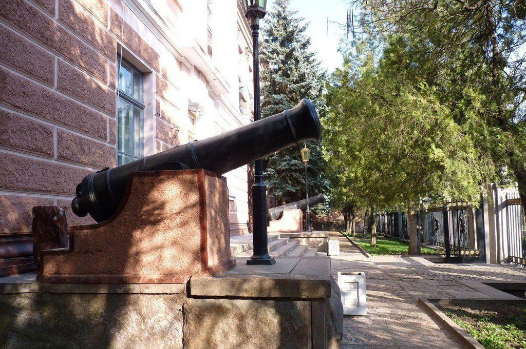 Пушка у бывшего Адмиралтейства