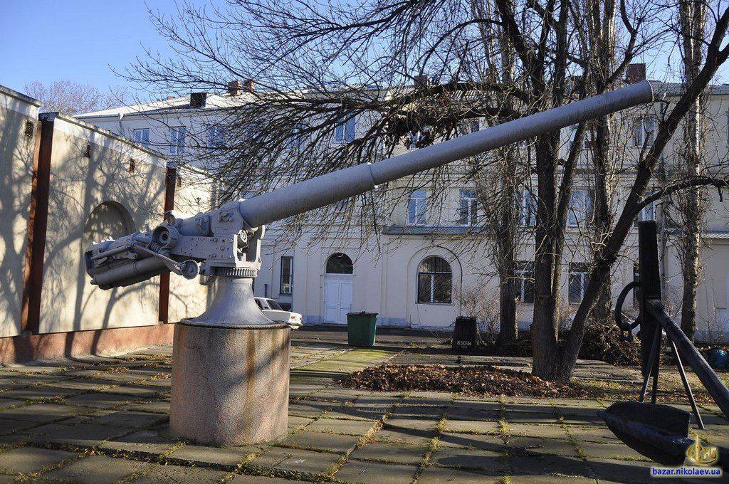 Пушка возле музея судостроения (1)