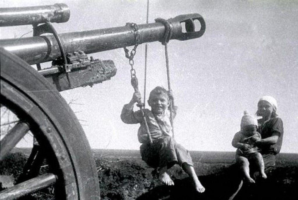 Ребёнок катается на дуле пушки