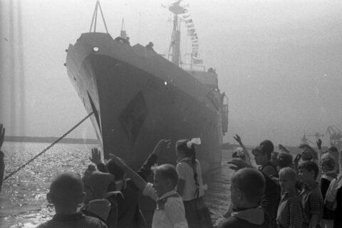 Рыболовный траулер «50 лет ВЛКСМ» покидает причал