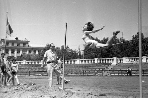 Соревнования по прыжкам в высоту на стадионе «Авангард»