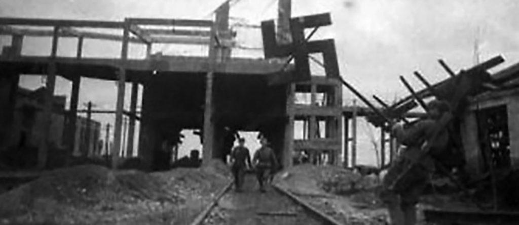 Советский солдат срывает свастику (1944)