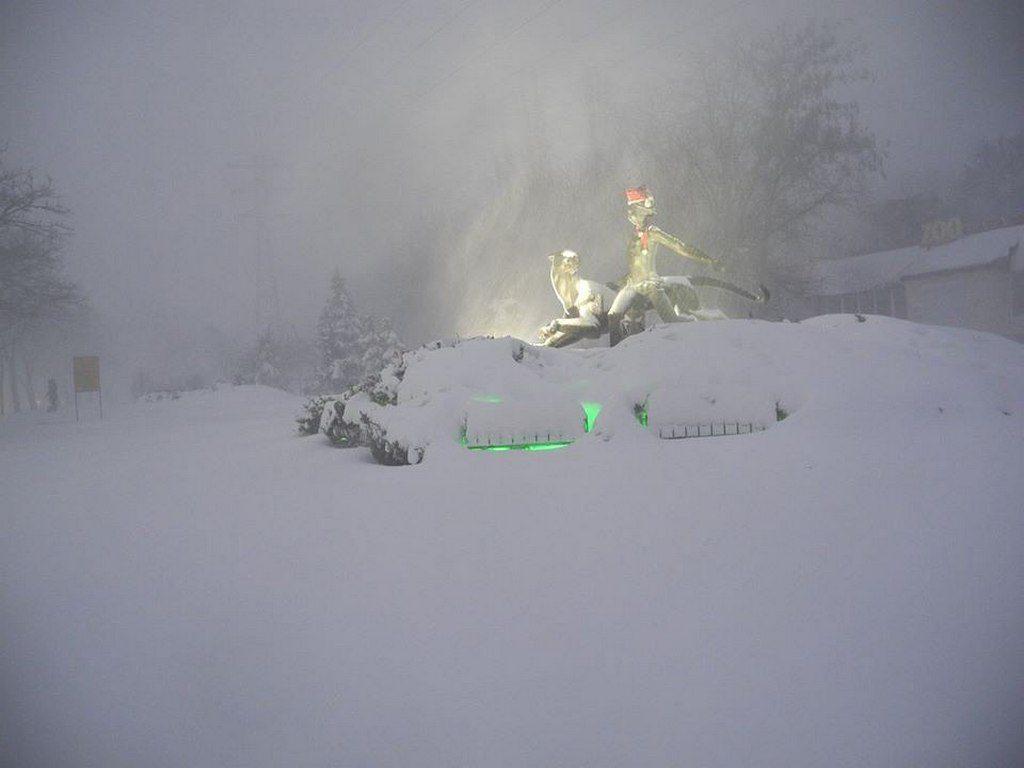 Статуя Маугли, заваленная снегом