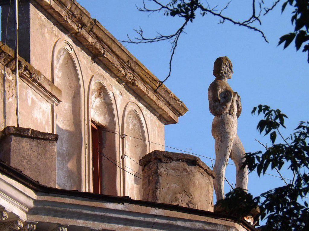 Статуя на доме Бугского бульвара