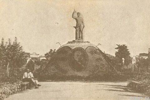 Статуя рабочего в саду им. Петровского