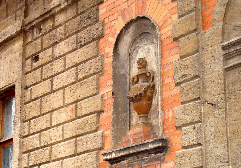 Стена гимназии