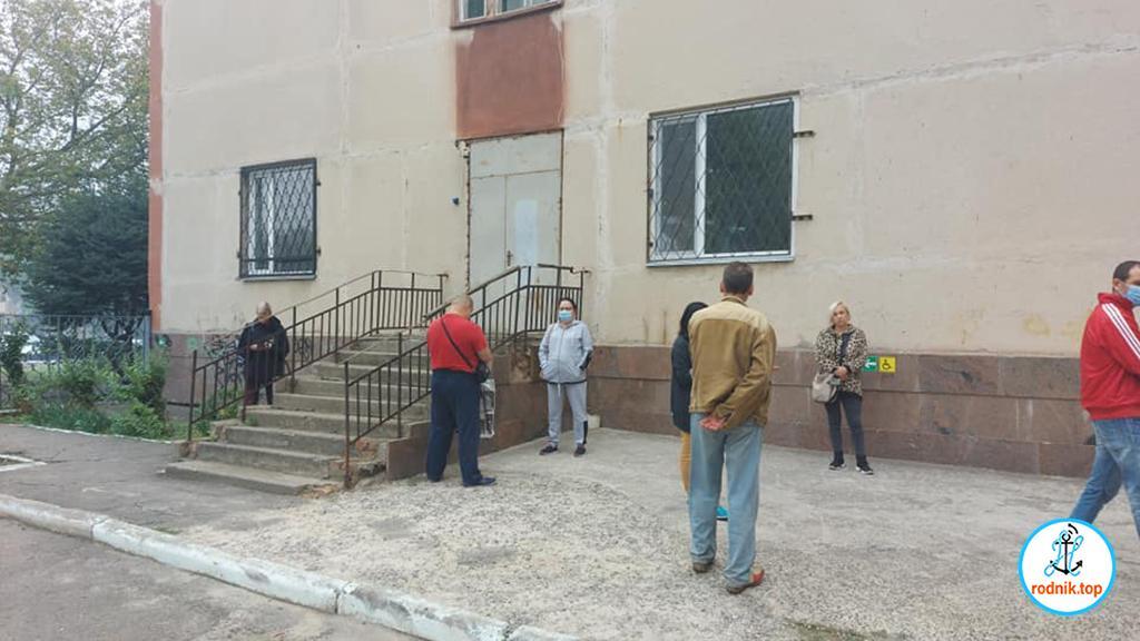 Возле амбулатории в Николаеве люди стоят в очереди на улице