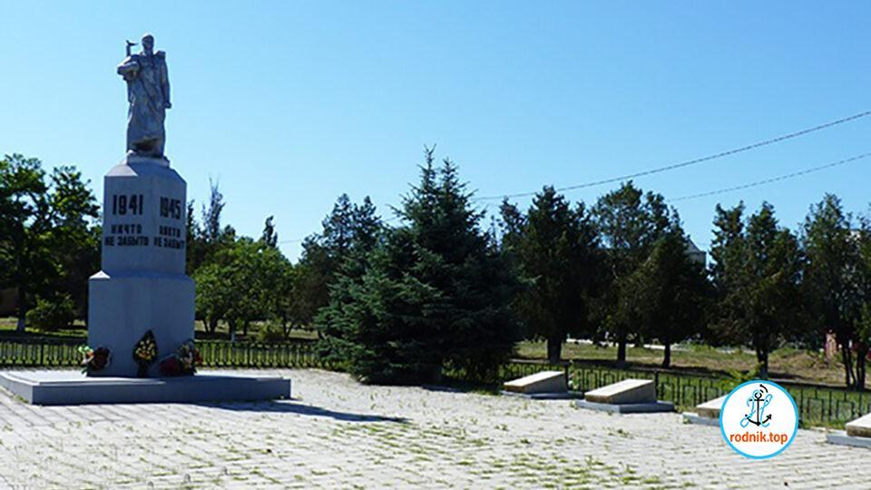 В Коблево рушится памятник погибшим защитникам