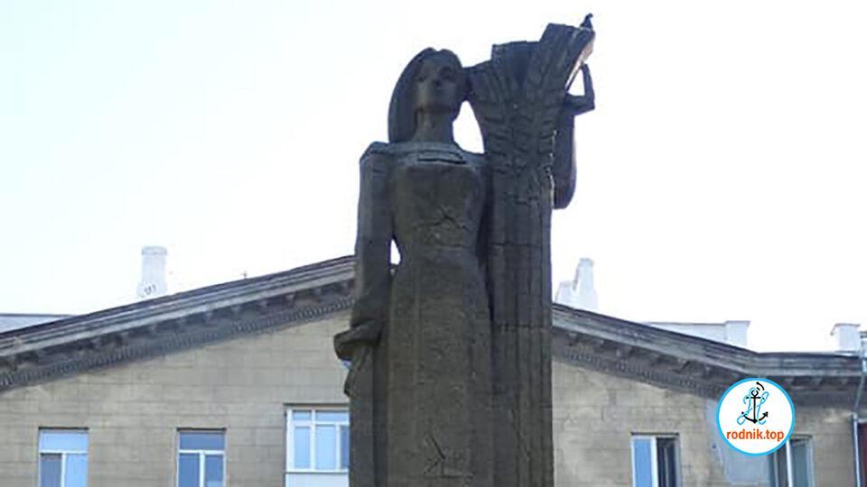 На старом николаевском вокзале рушится скульптура колхозницы